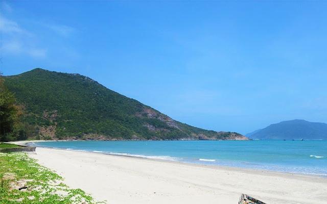 Bãi biển Lò Vôi nổi bật với bờ cát trắng trải dài
